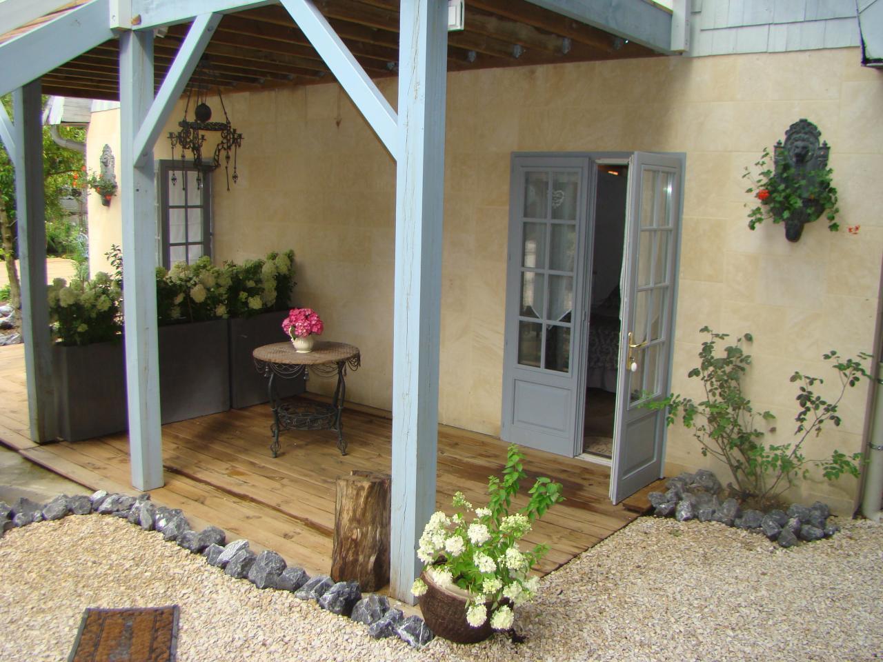 Terrasse de la chambre du jardin de saint jean B&B