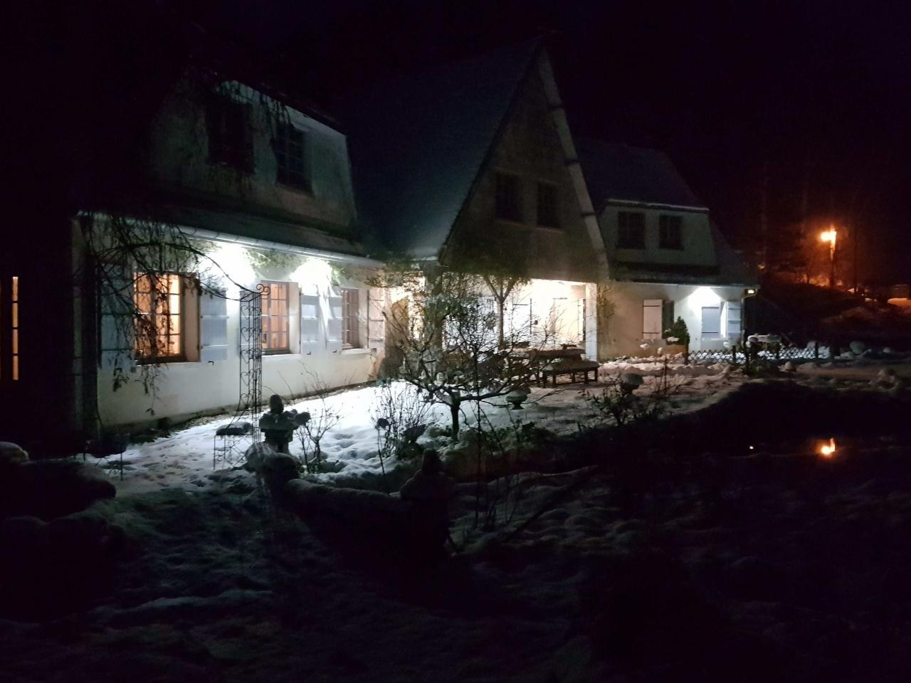 Attente des voyageurs sous la neige