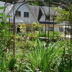 sous la gloriette du jardin de saint jean